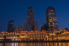 Nattplatscityscape av den JInwan plazaen med mörker - bakgrund för blå himmel Fotografering för Bildbyråer