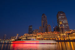 Nattplatscityscape av den JInwan plazaen med mörker - blå himmel Royaltyfri Fotografi