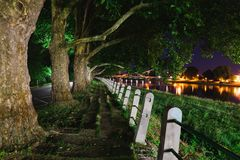 Nattplatsen av den övergav sidan går nära floden royaltyfria bilder
