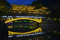 Nattplatsen av den Fengyu broVind-regn bron i Xijiang Qianhu Miao Village Royaltyfria Bilder