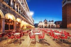 Nattplatsen av den San Marco fyrkanten, Venedig Italien arkivfoton