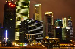 Nattplatsen av tänd byggnad i Marina Bay på helgdagsafton för nytt år Arkivbild