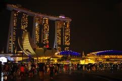 Nattplatsen av tänd byggnad i Marina Bay på helgdagsafton för nytt år Arkivfoton