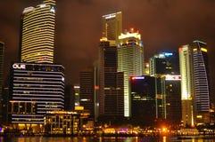 Nattplatsen av tänd byggnad i Marina Bay på helgdagsafton för nytt år Arkivfoto