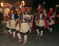 Nattplatsen med romare tjäna som soldat i striddräkt arkivbilder