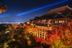 Nattplatsen tänder upp på den Kiyomizu Dera templet arkivfoto
