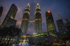Nattplatser av tvillingbröder eller Petronas torn i Kuala Lumpur, Malaysia Arkivbild