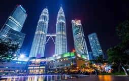 Nattplatser av tvillingbröder eller Petronas torn i Kuala Lumpur, Malaysia Royaltyfri Fotografi