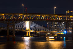 NattPortland broar över den Willamette floden arkivfoton