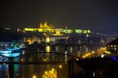 NattPrague sikt på slott royaltyfri fotografi