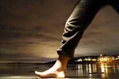 Nattpromenad på stranden Arkivfoto
