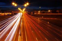 Nattrörelse på motorwayen Royaltyfri Foto