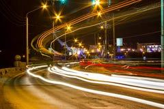 Nattrörelse på stads- gator Fotografering för Bildbyråer