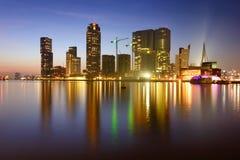 Nattreflexion av det Kop Van Zuid området i Rotterdam, Holland Arkivfoto