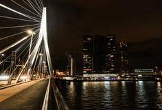 NattRotterdam horisont med den Erasmus Bridge Kop van Zuid grannskapen, Nederländerna fotografering för bildbyråer