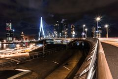 NattRotterdam horisont med den Erasmus Bridge Kop van Zuid grannskapen, Nederländerna arkivfoto