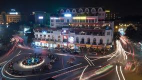 Nattrörelse sköt av stadstrafik i natten Hanoi, Vietnam Royaltyfri Foto