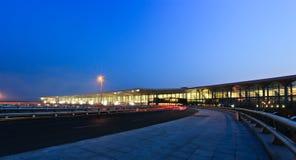 Nattscencen av shenyang den taoxian flygplatsen Royaltyfria Foton