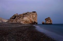Nattseascape av aphrodite'sen vaggar stranden, den grekiska gudinnan av förälskelse, Cypern Royaltyfri Foto