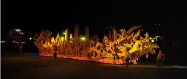 Nattshow av traditionella stearinljus Årsdagdyrkan i buddism Arkivfoton