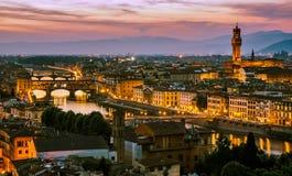 Nattsikt över den Arno floden i Florence, Italien Arkivbild