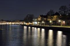 Nattsikt över Skeppsholmen och den gamla staden i bakgrunden Arkivfoton