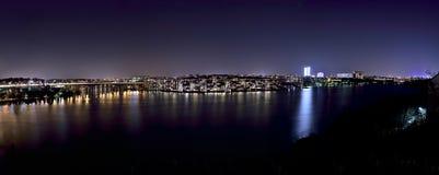 Nattsikt över Stockholm med ön Lilla Essingen och Kungsholmen framtill Royaltyfri Foto