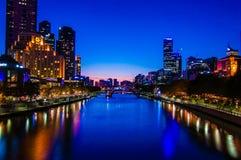 Nattsikt över Yarra flod- och stadsskyskrapor i Melbourne, Australien Royaltyfri Fotografi