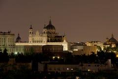 Nattsikt av Almudena Cathedral och Royal Palace i Madrid Royaltyfria Foton