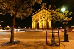 Nattsikt av Arc de Triomphe Royaltyfri Bild