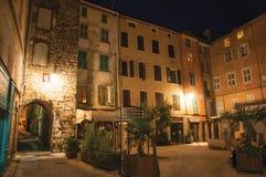 Nattsikt av bågen och fyrkant med byggnader och ljus av lyktor i Draguignan Royaltyfria Bilder