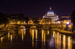 Nattsikt av Basilika di San Pietro i Rome Royaltyfri Fotografi
