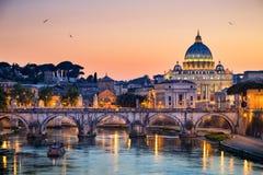 Nattsikt av basilikan St Peter i Rome, Italien Fotografering för Bildbyråer