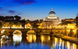 Nattsikt av basilikan St Peter och floden Tiber i Rome Fotografering för Bildbyråer
