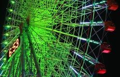 Nattsikt av belysningarna av pariserhjulen Arkivbild