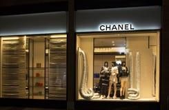 Nattsikt av berömd franska, lyx, lager för hög-slut märkes` s Arkivbilder