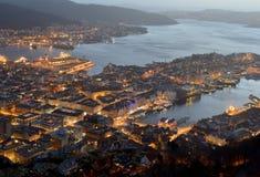 Nattsikt av Bergen Arkivbild