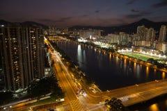 Nattsikt av bostadsområde i Hong Kong Royaltyfri Bild