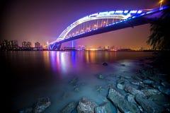 Nattsikt av bron Fotografering för Bildbyråer