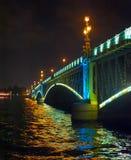 Nattsikt av bron Arkivfoton