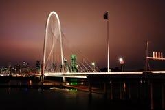 Nattsikt av bron in i Dallas Royaltyfri Foto