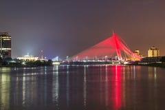 Nattsikt av bron i Putrajaya Malaysia royaltyfri bild