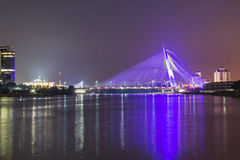 Nattsikt av bron i Putrajaya Malaysia royaltyfria foton
