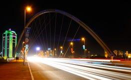 Nattsikt av bron Karaotkel Astana Royaltyfria Foton