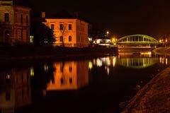 Nattsikt av bron och sjön i Zrenjanin fotografering för bildbyråer