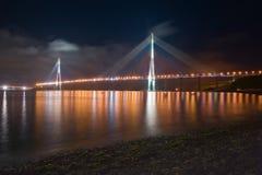 Nattsikt av bron på den ryska ön vladivostok Arkivbild