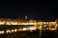 Nattsikt av bron Vecchio Arkivfoton