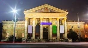 Nattsikt av Budapest Hall av konst eller slott av Art Mucsarnok Kunsthalle, ett samtida konstmuseum och en historisk byggnad royaltyfri foto