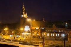 Nattsikt av building&en x27; huvudsaklig drevstation för s i Gdansk Arkivbild