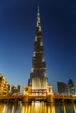Nattsikt av Burj Khalifa i Dubai, UAE Royaltyfri Bild